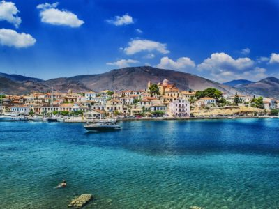 Yachtcharter Griechenland Stadt am Wasser