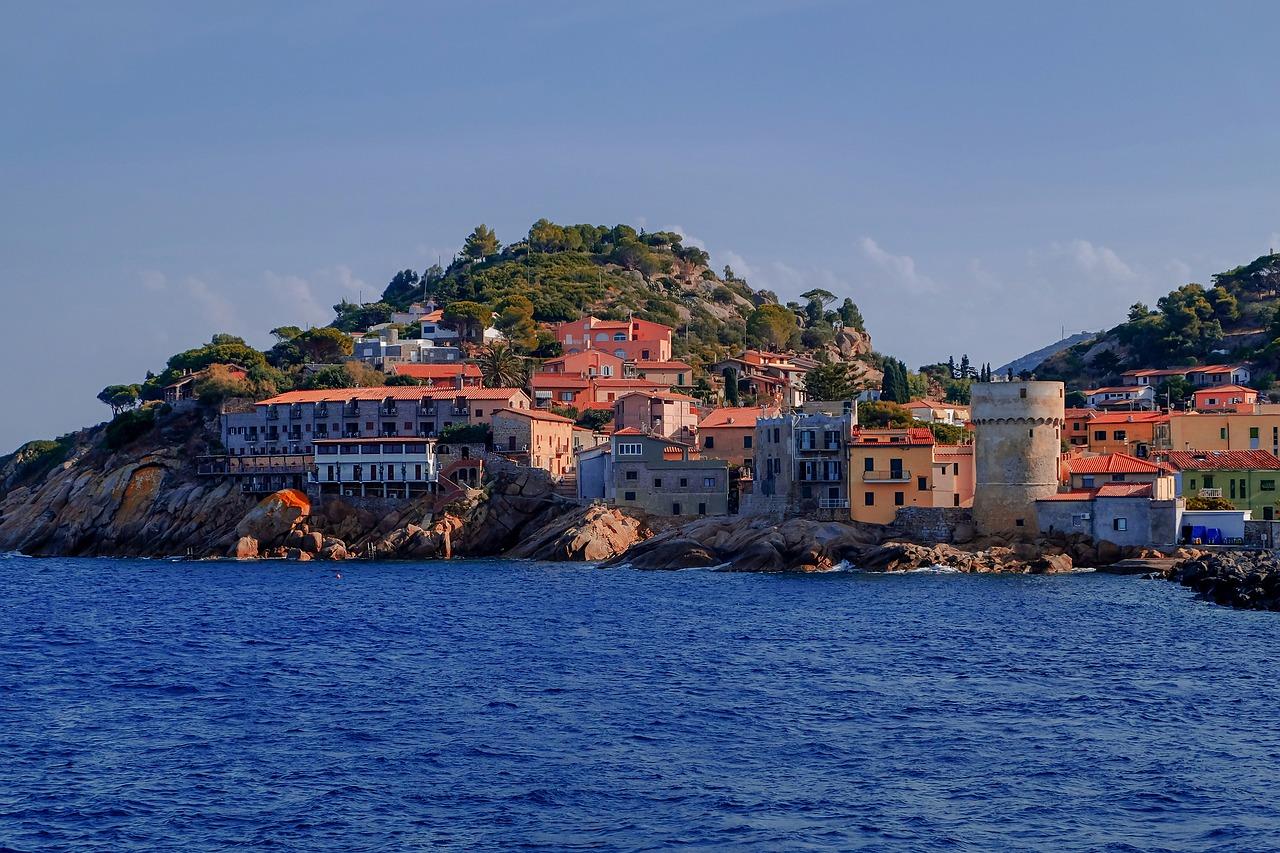 Yachtcharter Italien Stadt an Wasser