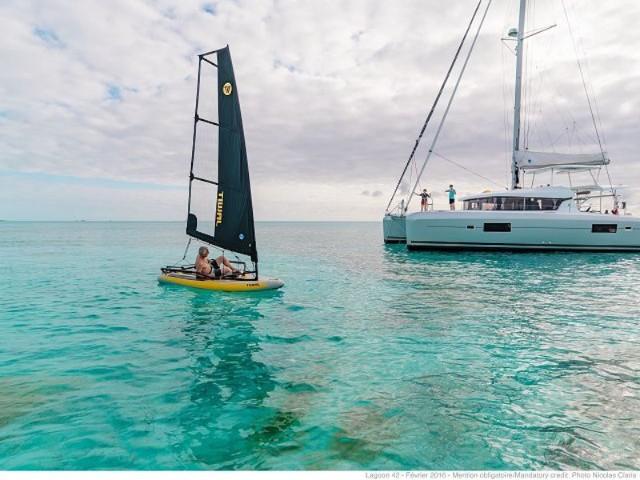 op-lagoon-42-auf-wasser-windsurfen